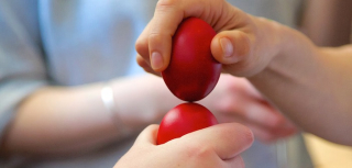 Cracking-red-eggs